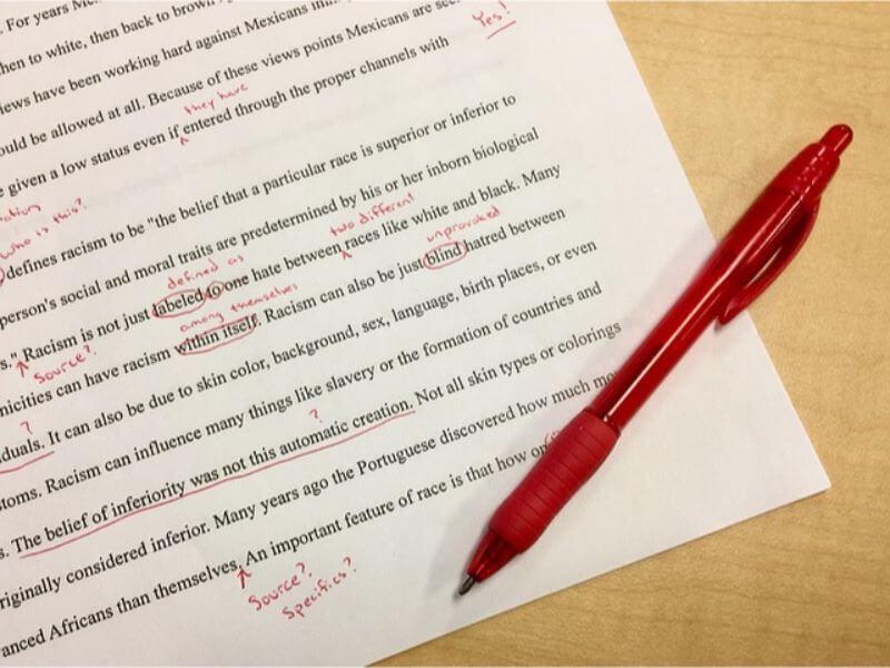 赤ペンで修正した書類