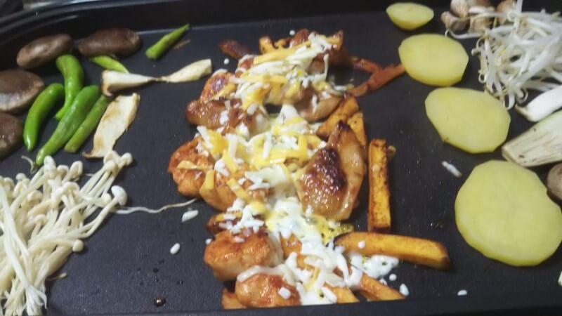 コストコチーズダッカルビ・鶏肉の上にチーズをかけて焼く