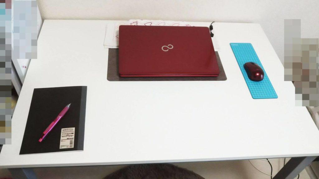 サンワダイレクトのパソコンデスク上にPCとノートなど