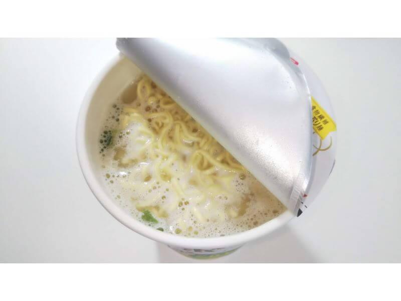 ローカーボヌードル「まろやか鶏白湯」お湯投入