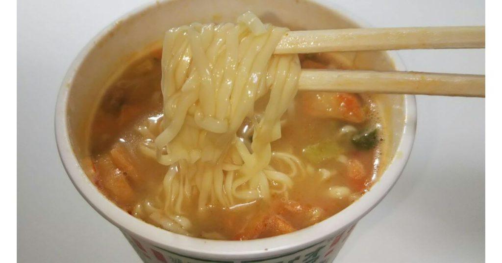 カップヌードルナイス濃厚!キムチ豚骨 麺