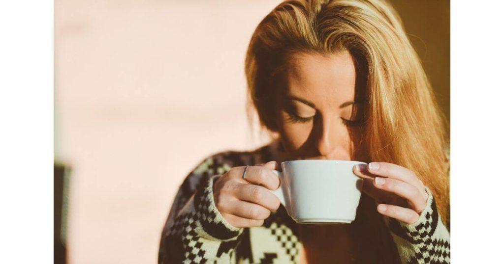 マグカップに口をつける女性