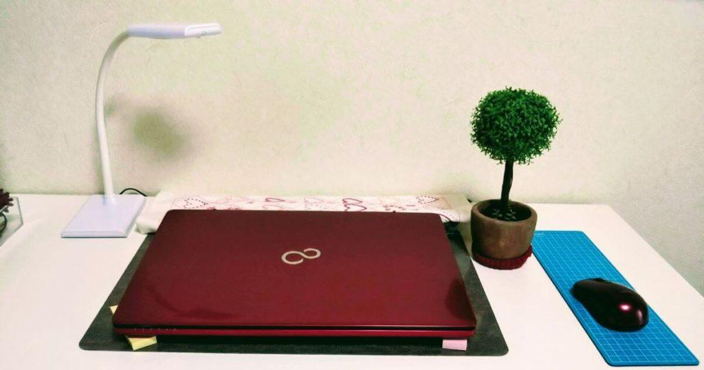 パソコンデスクに観葉植物を飾ったあとの写真